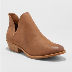 NWT Women's Nora V-Cut Ankle Booties